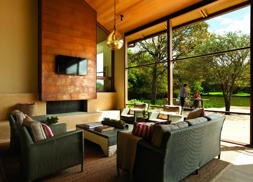 С помощью французского остекления можно зонировать гостинную, создавая ощущение открытого пространства