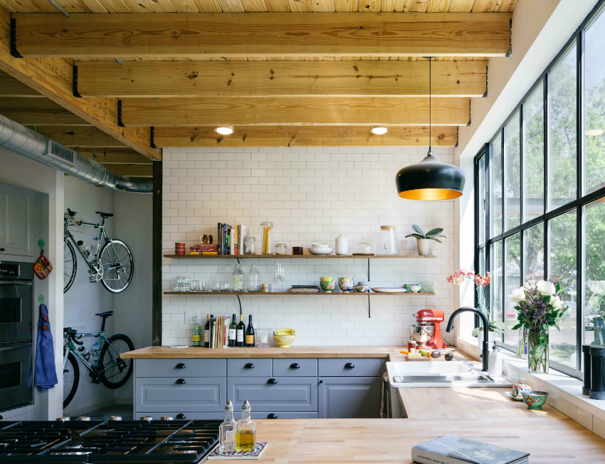 Панорамные окна выигрышно смотрятся в квартирах лофтах, подчеркивая стиль и дизайн кухни