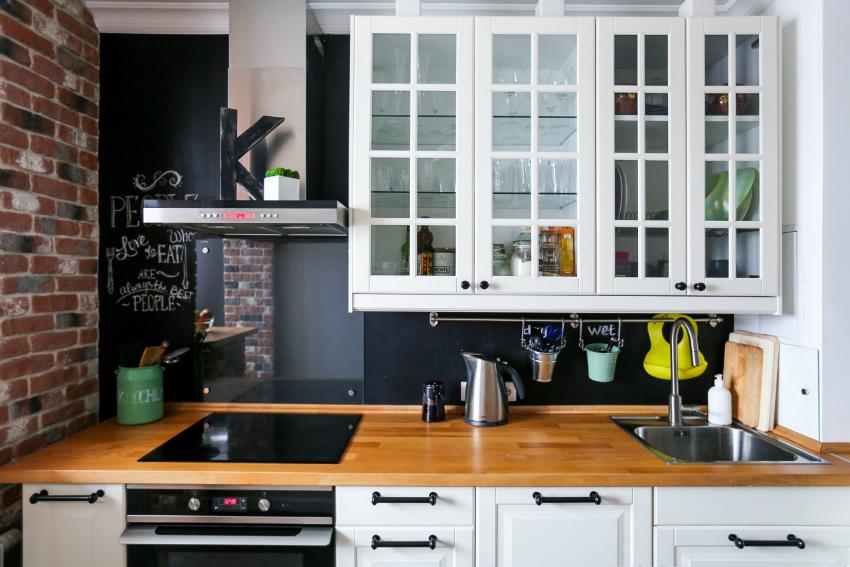 Бюджетными и современными вариантами обновления кухня являются открытая кирпичная кладка и покраска стен грифельной краской