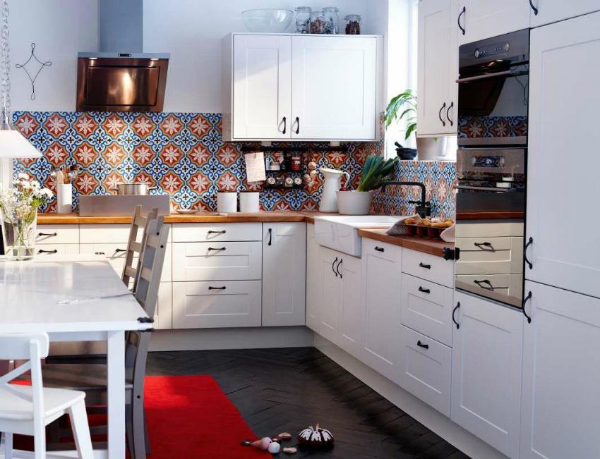 Для оформления небольшой кухни лучше использовать цвета теплых тонов