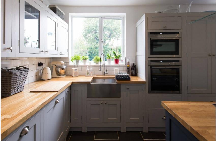Для экономии пространства малогабаритной кухни следует использовать технику, которую можно встроить непосредственно в кухонный гарнитур