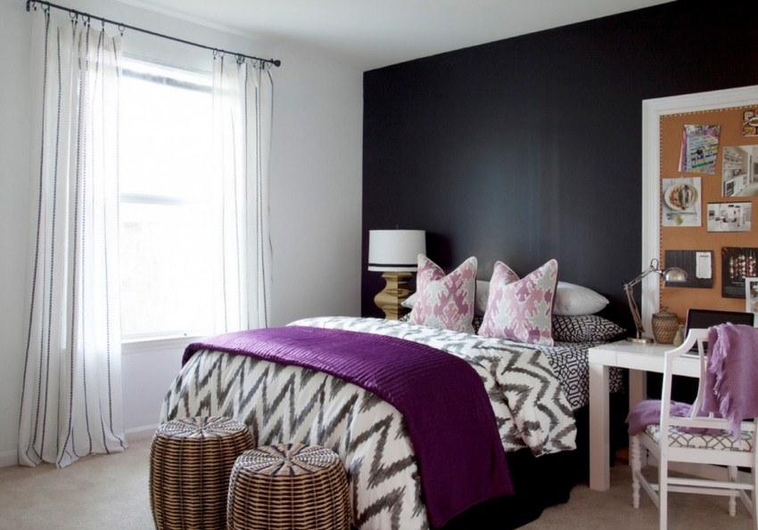 Яркая акцентная стена добавит глубины маленькой комнате