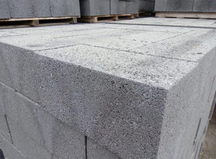 Шлакоблоки марки М50 и выше применяются для возведения несущих стен