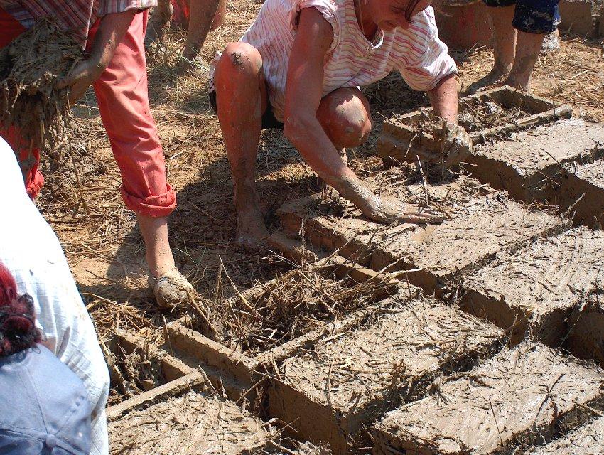 Процесс изготовления соломеннобетонных блоков