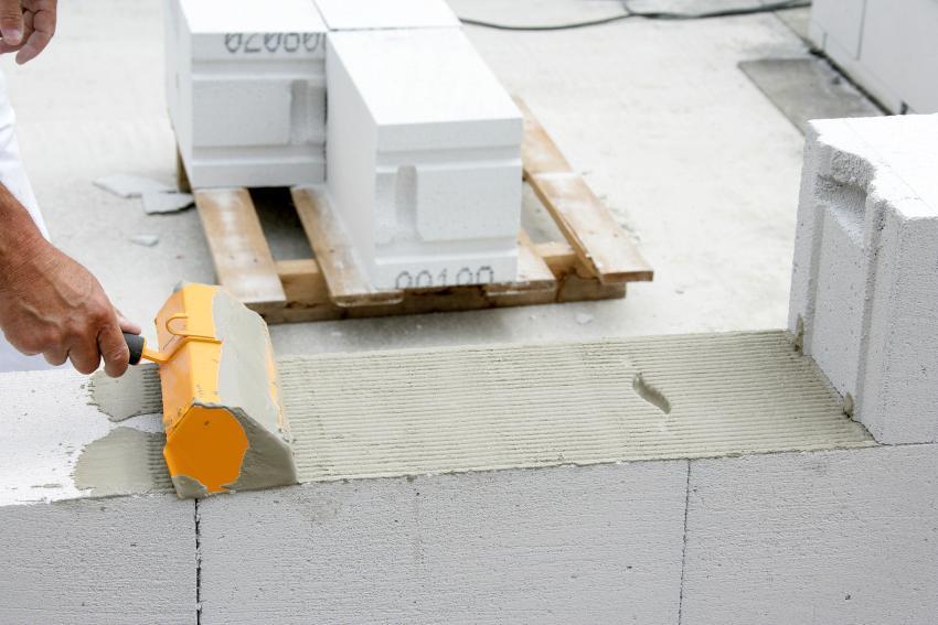 Крупные размеры блоков позволяют осуществлять строительство легко и быстро