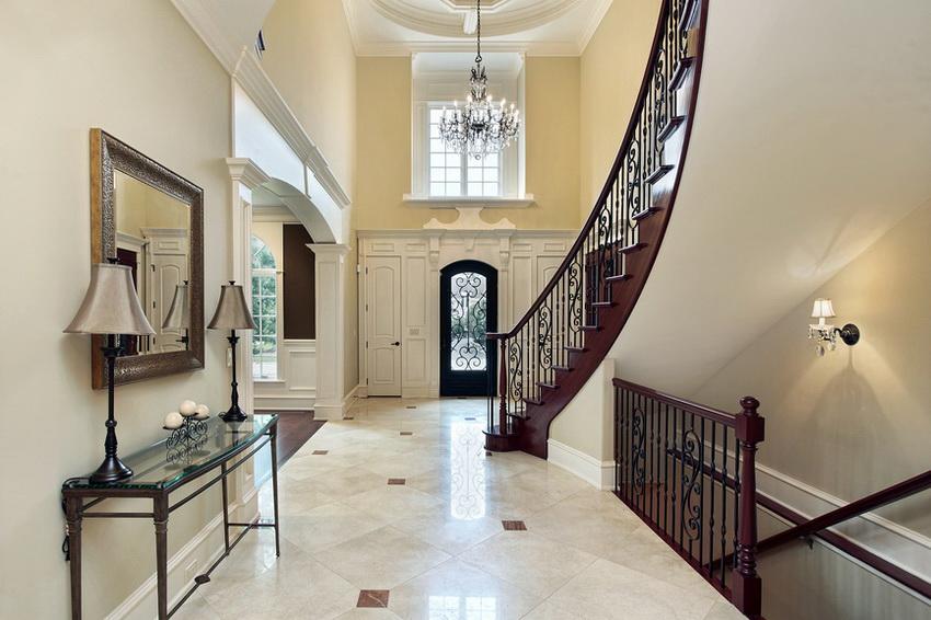 Парадную лестницу, спроектированную как ключевой элемент интерьера, чаще размещают в гостиной-холле