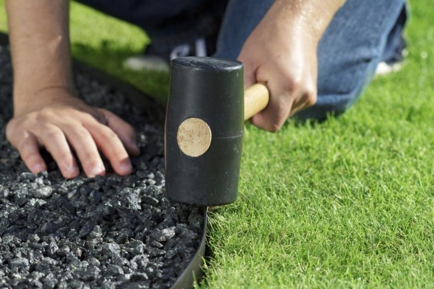 Чтобы избежать разрастания травы на грядки или тропинки можно воспользоваться бордюрной лентой