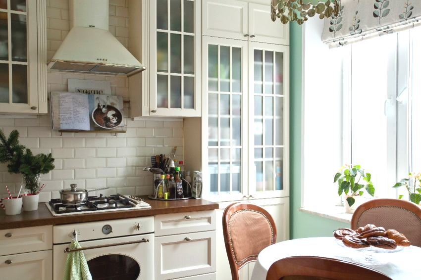 When repairing and equipping the kitchen, it is important not to overdo it with the decor, otherwise you can create a rustic style instead of the classic