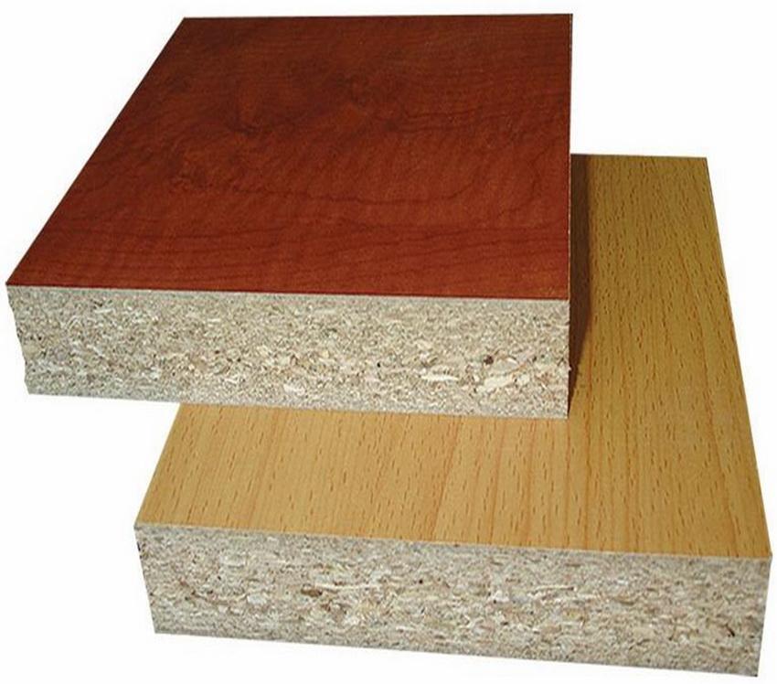 Шпонированная плита выглядит так, как-будто она изготовлена из древесины ценных пород