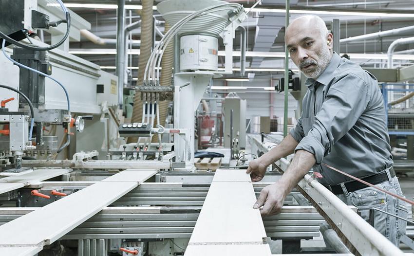 Процесс распила ДСП и фрезерование торцов производится на специальном оборудовании