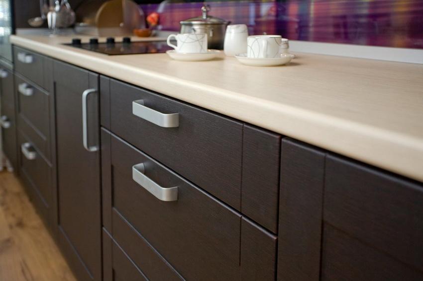 Мебель из ЛДСП прекрасно сочетается с различными материалами – стеклом, металлом, керамической плиткой