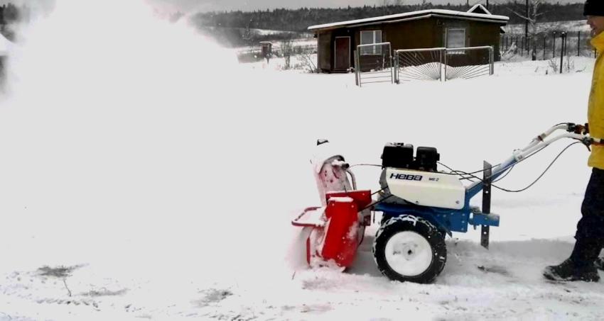 Мотоблок Нева, благодаря навесному оборудованию для чистки снега, эффективен даже зимой