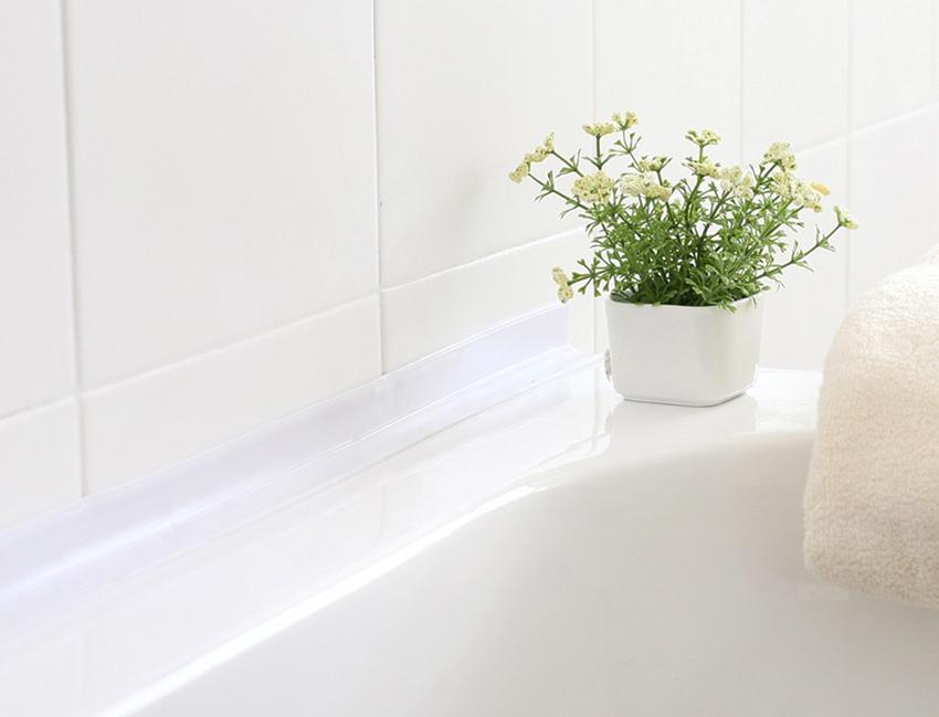 При выборе бордюра важно учитывать цвет и материал отделки стены и примыкающей к ней ванны