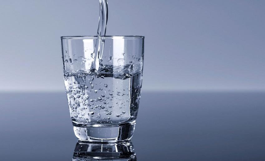 Популярный в народе способ измерения влажности воздуха - при помощи стакана с водой