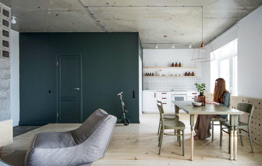 В квартире в стиле лофт потолок можно оставить без отделки