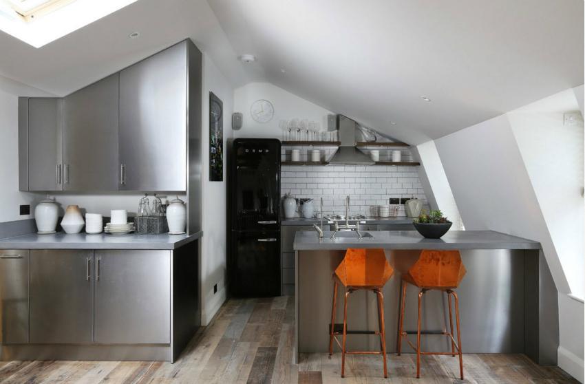 Для идеально ровной и гладкой поверхности потолка обычно используют гипсокартон с последующей шпаклевкой и покраской