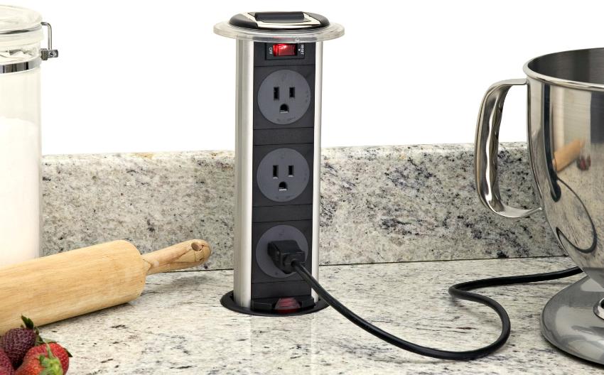 Встроенный блок розеток очень удобен при использовании большого количества приборов на кухне