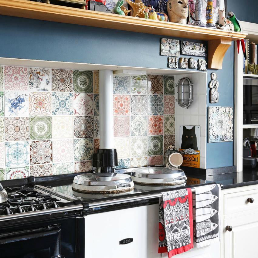 Пример красивого и яркого оформления фартука плиткой