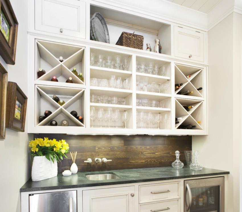 Деревянные элементы с легкостью можно комбинировать с металлом, стеклом и ненавязчивой керамикой