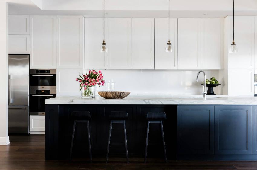 Пример оформления стильной кухни с использованием минимального количества аксессуаров