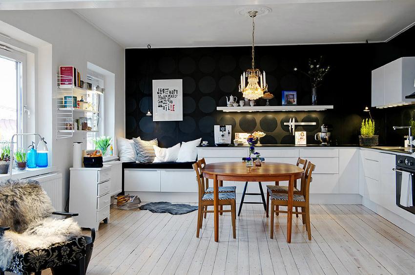 Пример удачного зонирования пространства с помощью контрастных моющихся обоев для отделки кухни
