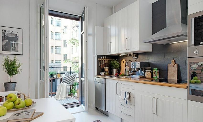 На кухне с балконом выигрышно смотрятся французские окна или двери