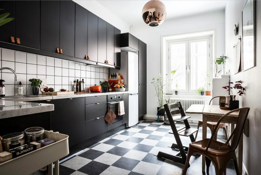 Наиболее популярными материалами для облицовки рабочей зоны кухни являются керамическая плитка и фартук из пластика