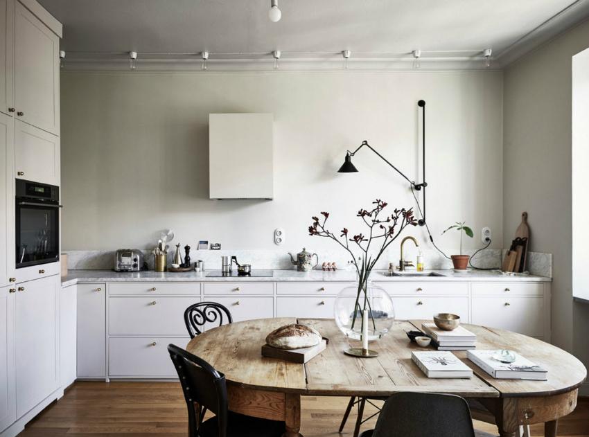 Пример использования точечного и регулируемого освещения рабочей столешницы кухни