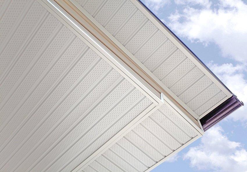 С помощью софитов можно аккуратно оформить свесы крыши