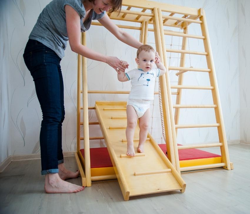 Занятия на детском спортивном уголке полезны ребенку уже с 6 месяцев
