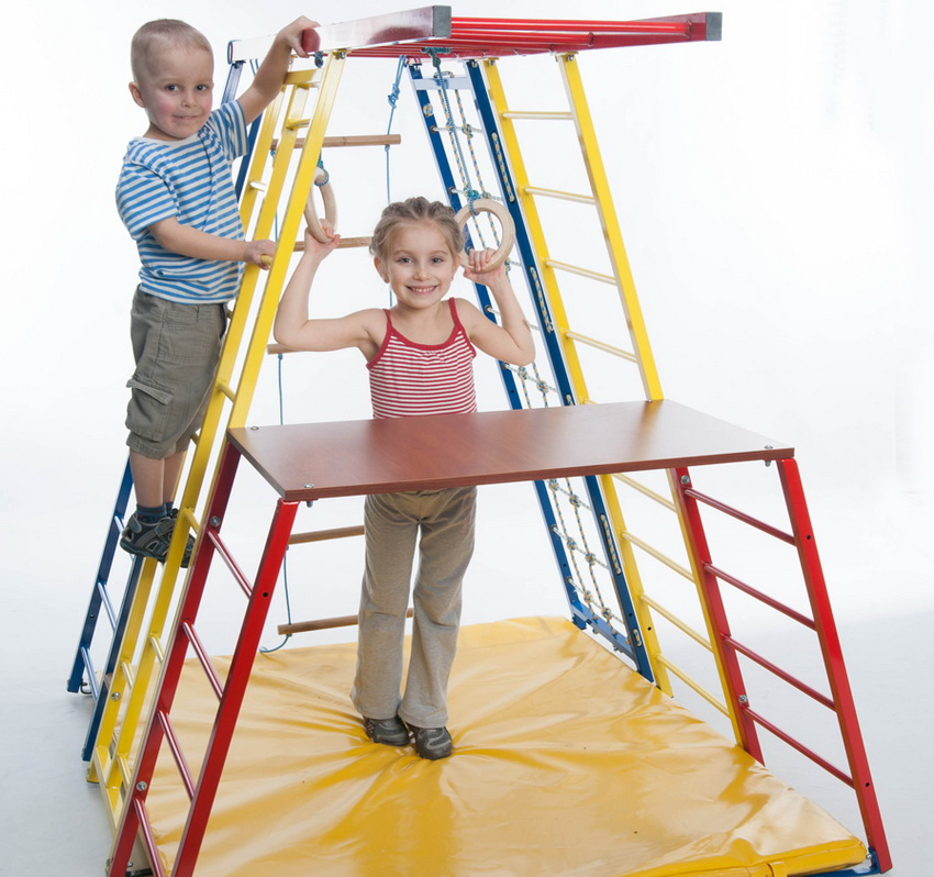 Для защиты ребенка от случайного падения, в игровую зону устанавливается мат