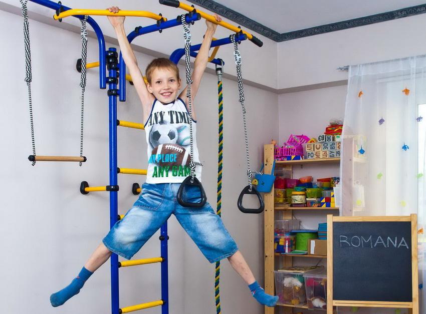Чтобы ребенок мог активно развиваться, достаточно приобрести детский спортивный уголок в квартиру