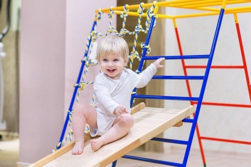 Яркий разноцветный спортивный уголок украсит детскую комнату