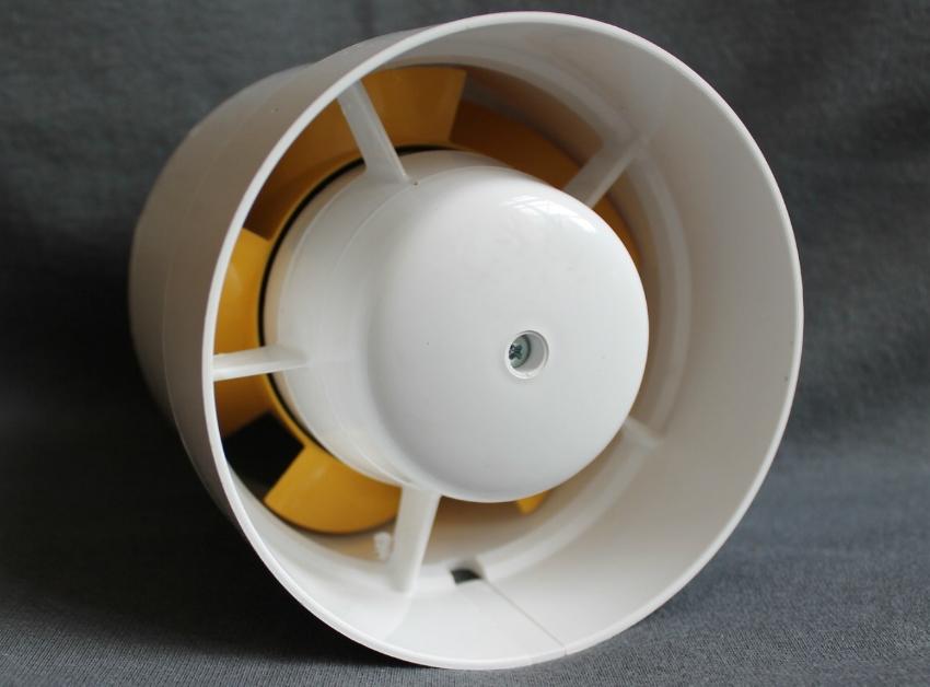 Ввиду особенностей конструкции, канальный вентилятор сложнее монтировать, но он более удобен в использовании