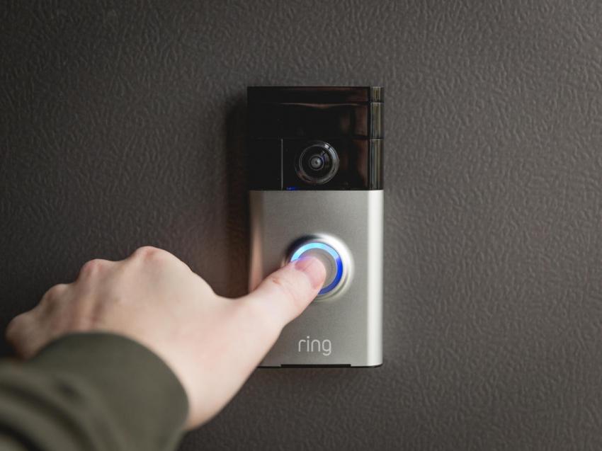 Видеоглазок — современный прибор с функцией визуального контроля, работающий по принципу беспроводного домофона