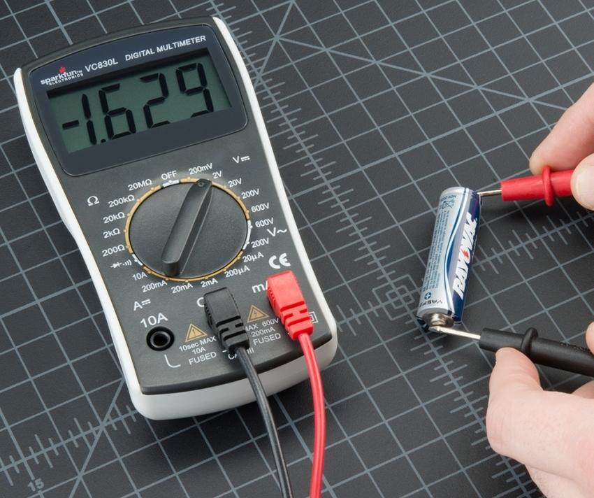 С помощью мультитестера можно проверить заряд аккумулятора