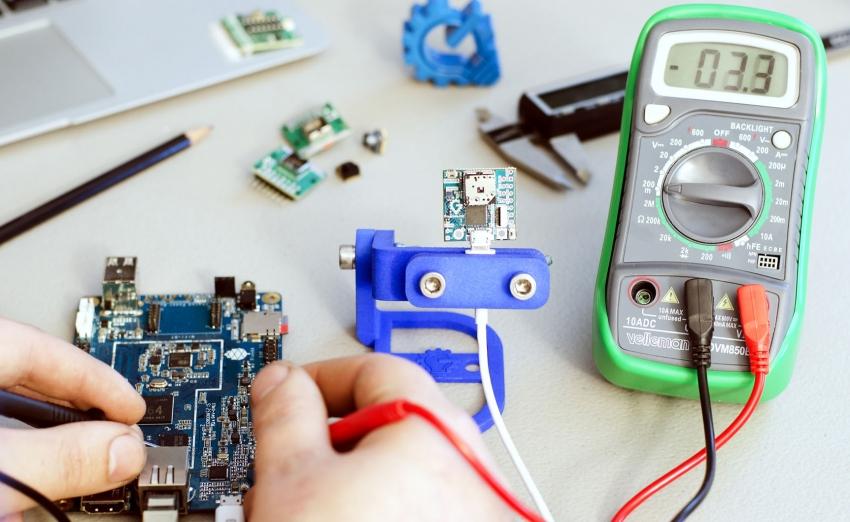 Поломку конденсатора легко можно определить с помощью электрического мультиметра