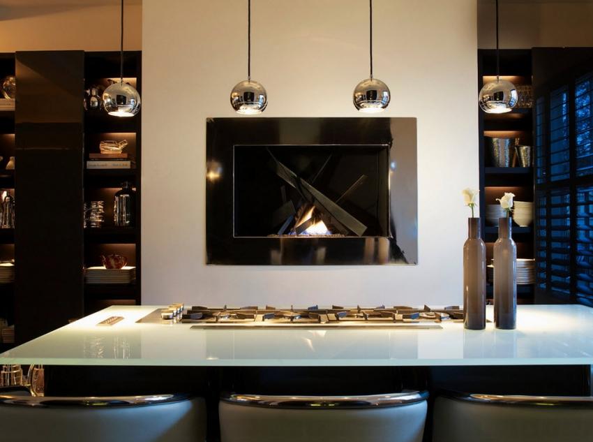 Пример удачного размещения дизайнерского электрокамина на кухне