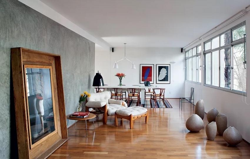 Дизайнеры современных интерьеров рекомендуют выделять акцентную стену фактурной краской