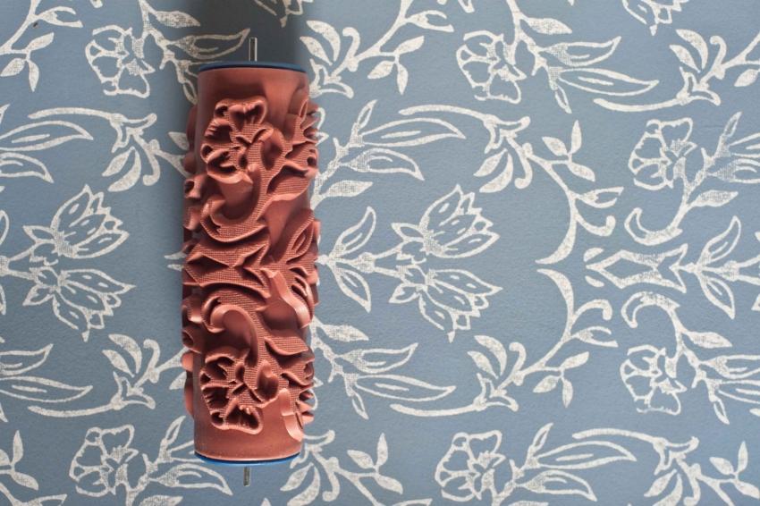 С помощью текстурной краски и фактурного валика можно создать красивое покрытие, напоминающее винтажные обои