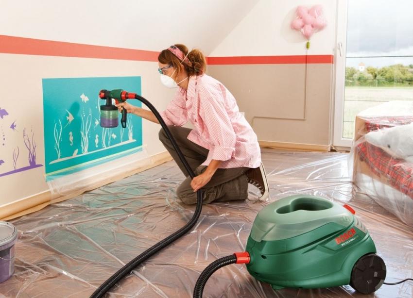 Одним из самых удобных способов окрашивания стен является использование краскопульта, но стоит обратить внимание на ширину сопла при использовании фактурной краски с крупными частицами