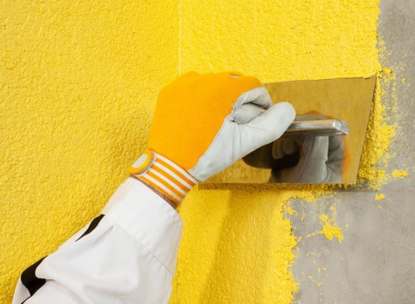 Пример нанесения сухого красящего состава на стену с добавлением крупных частиц полимеров