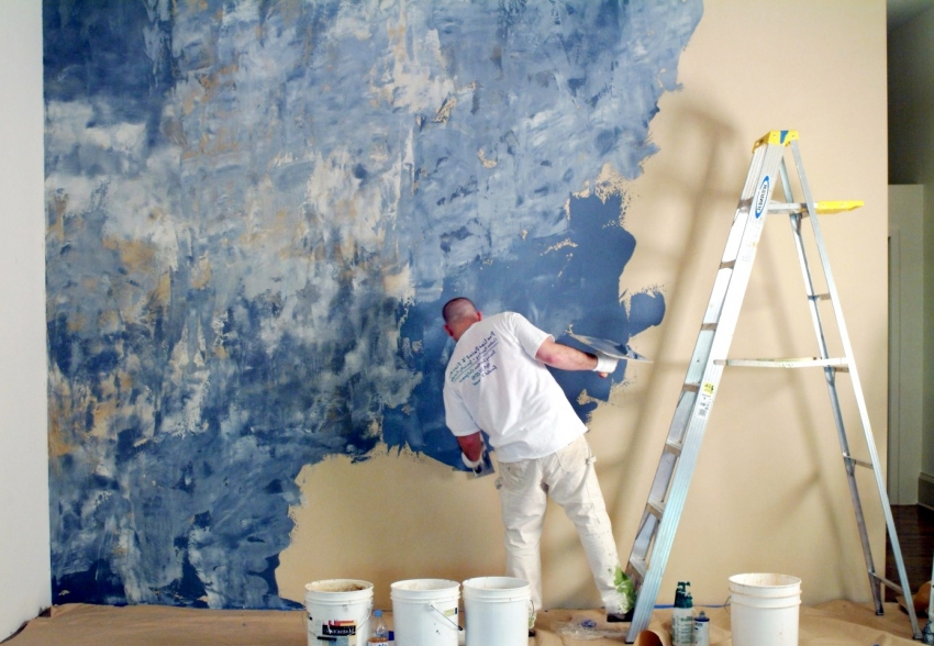 В случае необходимости покраски стены с использованием нескольких типов красок с разными текстурами - к такой работе лучше привлечь специалиста