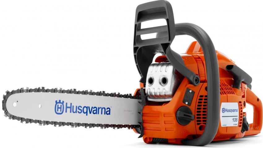 Модель бензопилы Husqvarna 135 имеет металлический упор для распила круглых бревен