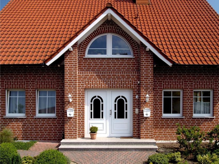 Отличный пример использования клинкерной плитки, которая дополняет внешний вид здания