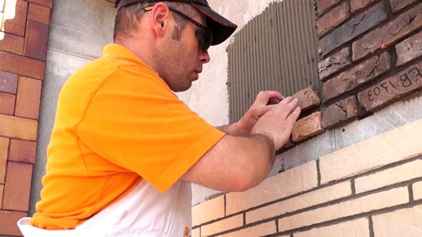 Если используются разные виды клинкерной плитки или искусственного камня - к работе лучше привлечь специалиста