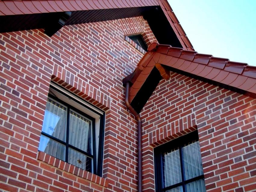 Многие владельцы частных домов подтверждают удобство установки панелей с клинкерной плиткой