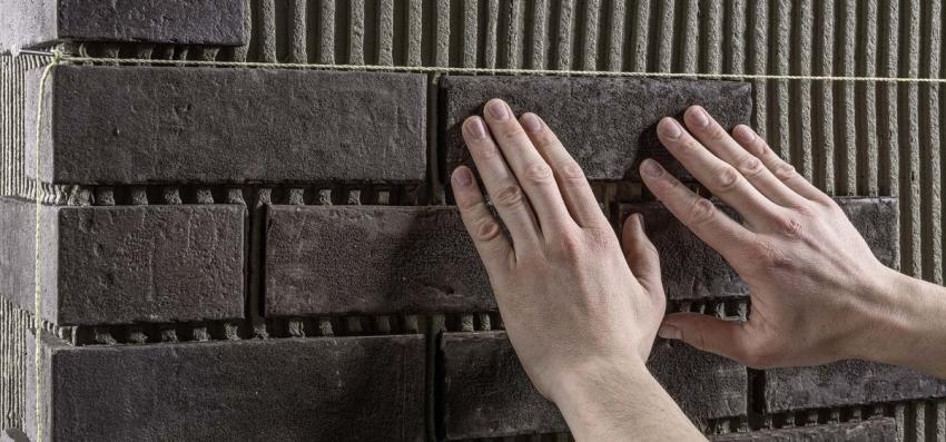 Чтобы добиться идеально ровной кладки клинкерной плитки необходимо создать направляющую разметку каждых 3-4 ряда
