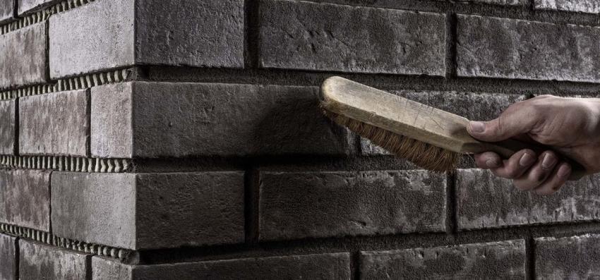 После полного засыхания затирки, плитку можно обработать сухой жесткой щеткой чтобы убрать остатки смеси