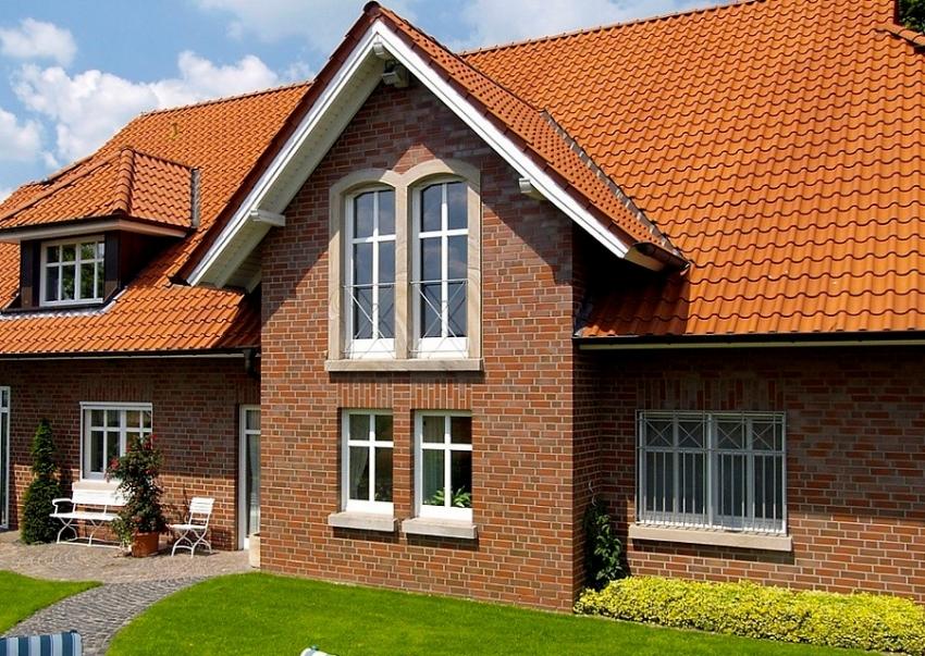 Пример облицовки фасада здания гладкой клинкерной плиткой от компании Feldhaus Klinker